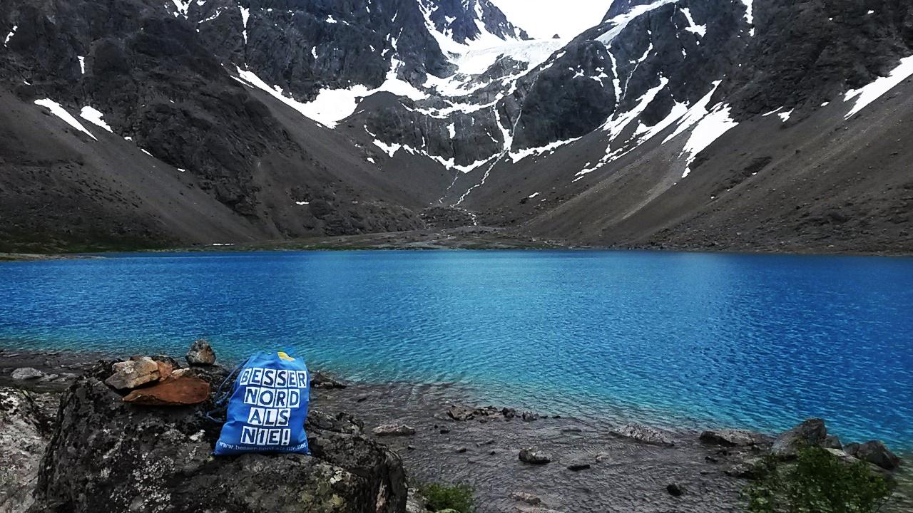 Der traumhaft schöne Gletschersee Blåvatnet im Lyngenfjord - so blau, dass unser Beutel kaum zu sehen ist