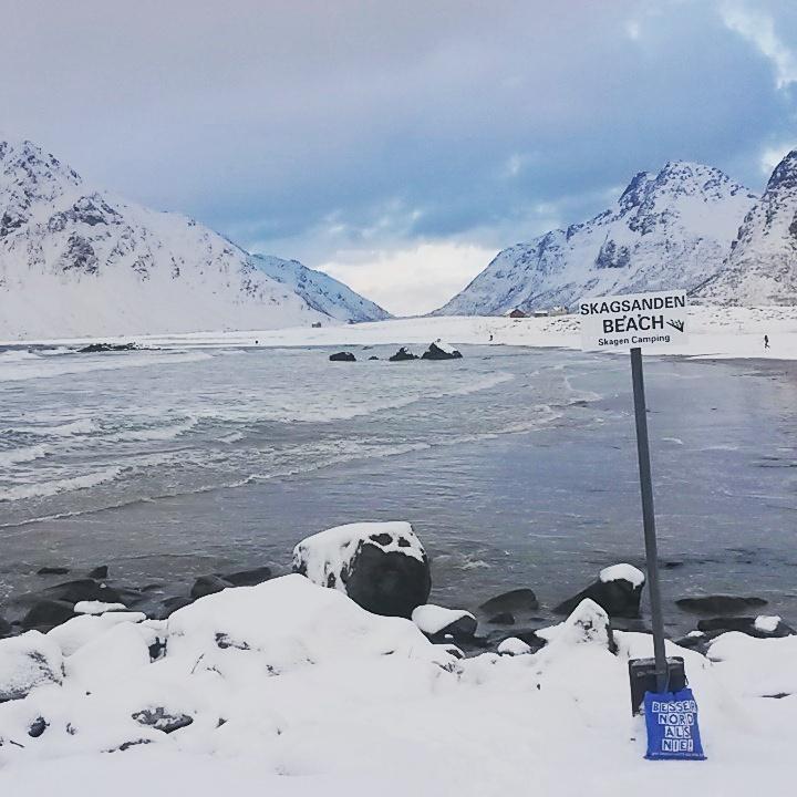 Der verschneite Skagsanden Strand auf den Lofoten