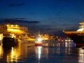 Während die Touristen das Nordkap erkunden, liegt im Hafen von Honningsvåg das Hurtigruten-Schiff.