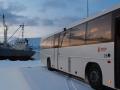 Das Nordkap befindet sich etwa 30km nördlich von Honningsvåg am anderen Ende der Insel. Das letzte Etappenstück zum Globus legt man mit Bussen zurück.