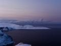 Kurz vor der Ankunft am Nordkap kann man im Westen die Landzunge Knivskjellodden erkennen. Wenn auch auf den ersten Blick unscheinbar, markiert diese Landzunge den aller nördlichsten Punkt Europas und liegt etwa 1,5 km weiter im Norden als die berühmten Klippen des Nordkaps.