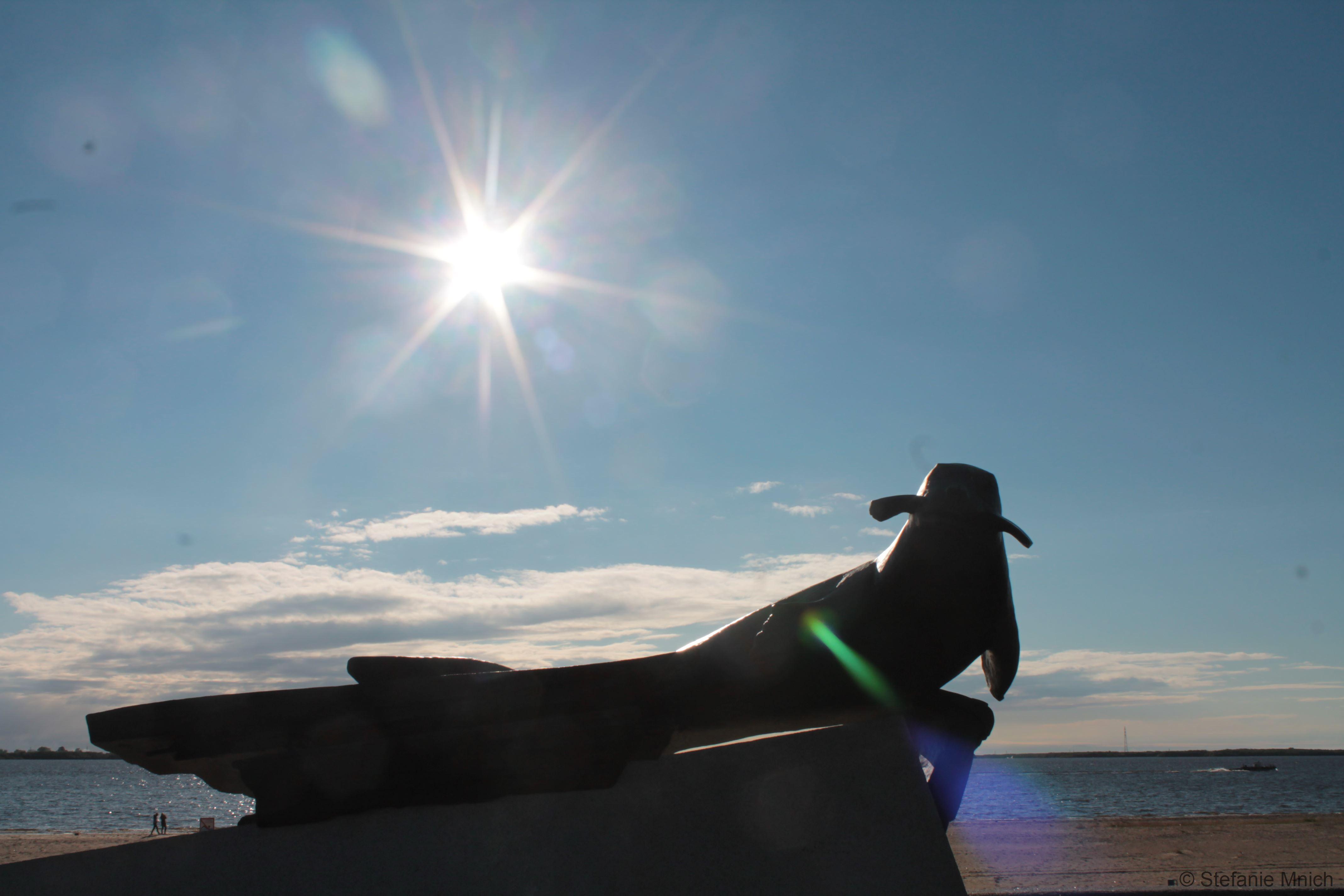 """Denkmal """"Robben-Retter"""", zum Gedenken daran, dass die Robben die Bevölkerung vor einer Hungerskatastrophe bewahrten"""