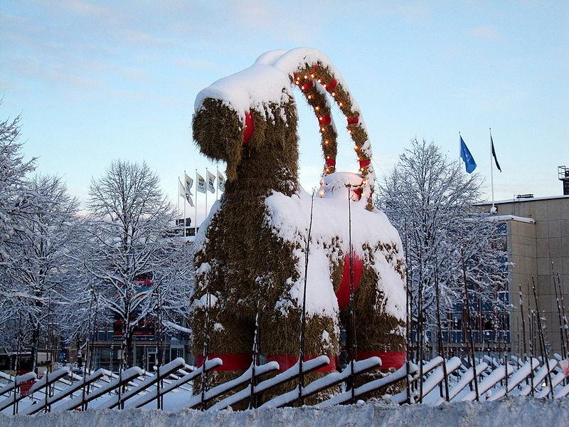 Gävle Julbock, Quelle: https://commons.wikimedia.org/wiki/File:Yule_goat_Gefle_Sweden_2009.jpg