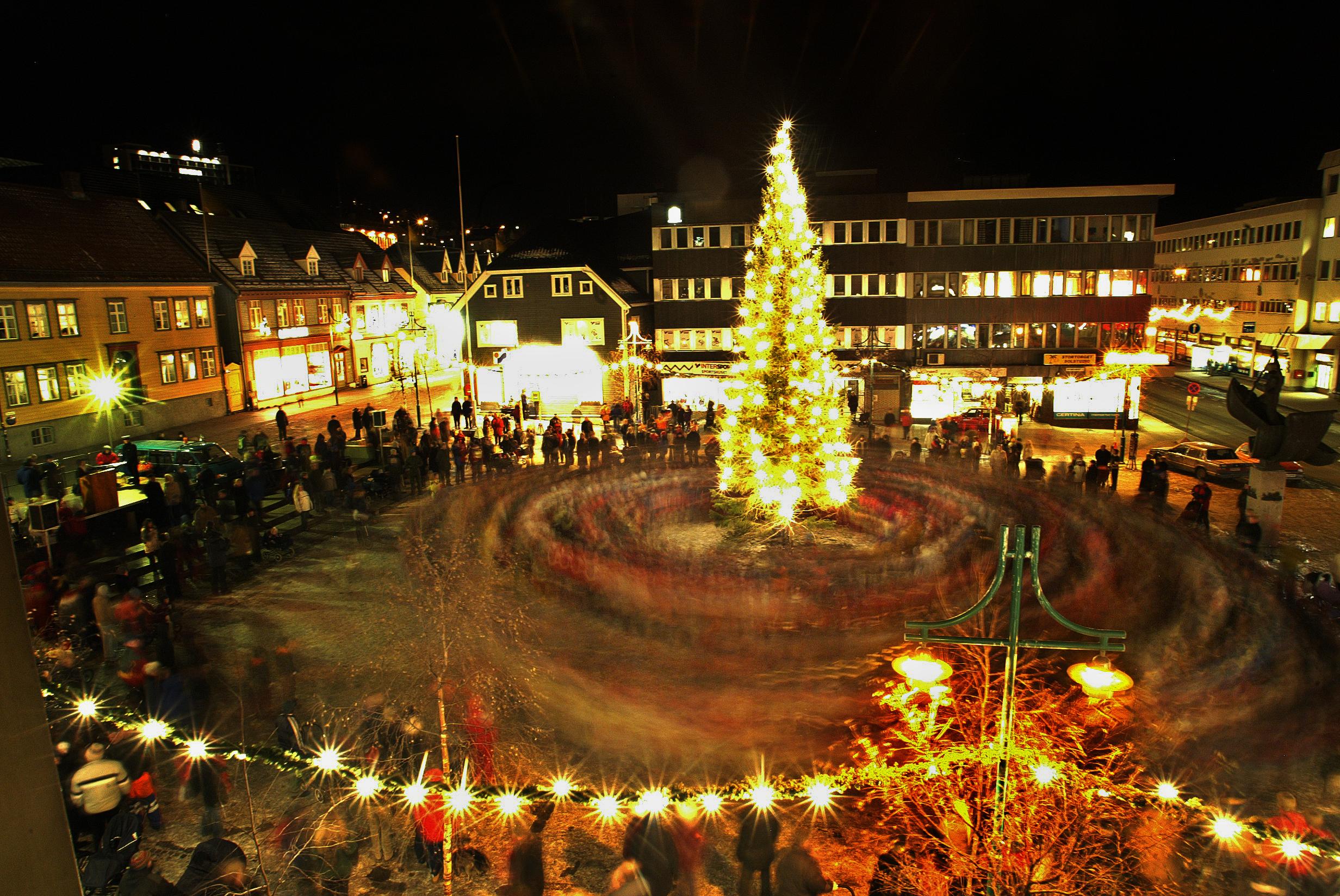 Feierliche Erleuchtung des Weihnachtsbaums in Tromsø am ersten Adventsonntag. Man geht um den Baum herum und singt Weihnachtslieder FOTO: YNGVE OLSEN SÆBBE / NORDLYS yngve.olsen.saebbe@nordlys.no