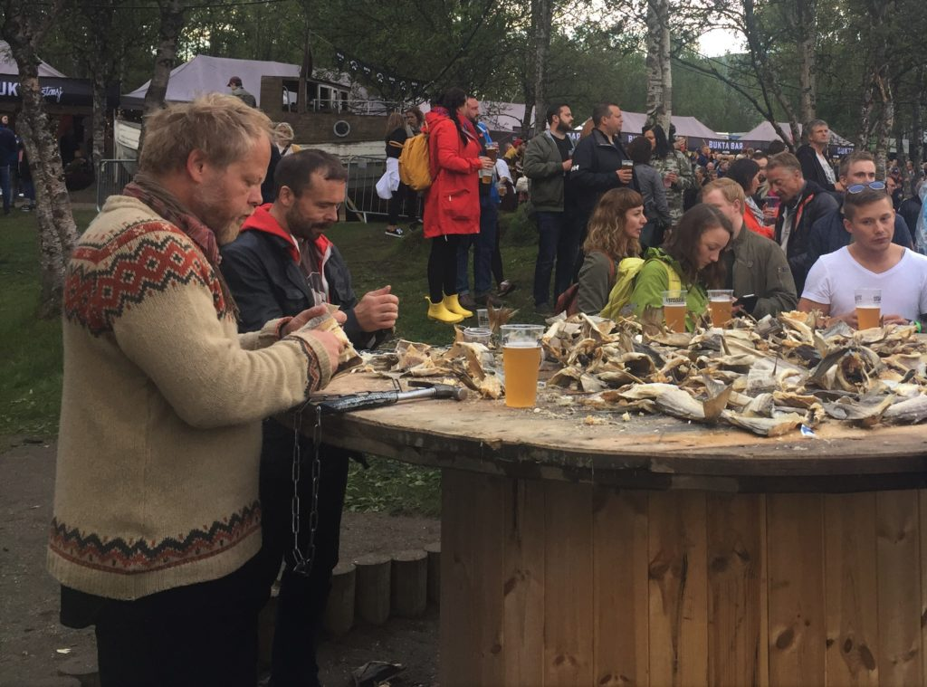 Fun Fact: In Norwegen schlägt man mit einem Hammer auf den Stockfisch um Stockfischchips zu machen - auf Bukta macht man das auch.